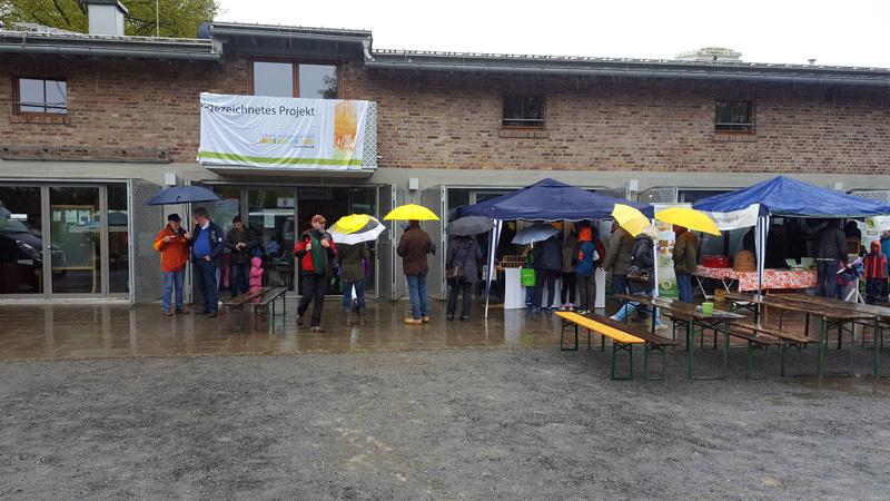 Regenschirme überall, drinnen war Gedränge als draußen