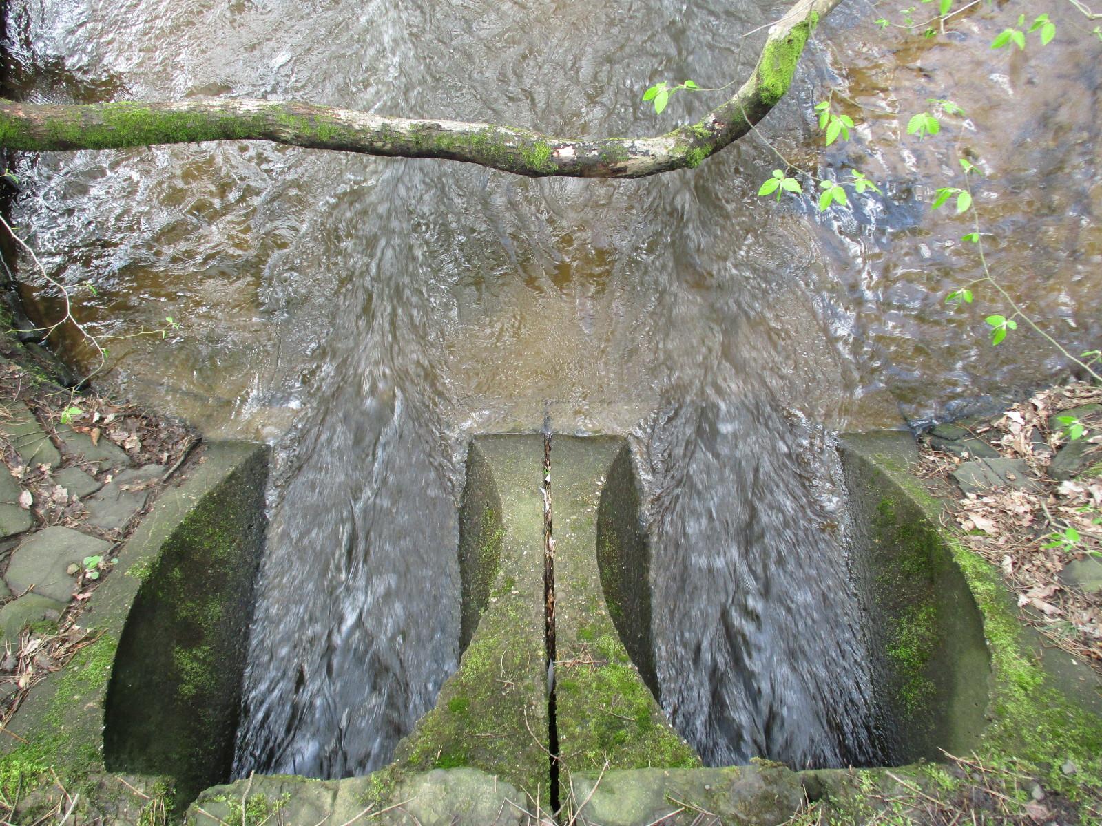 Starke Strömung unter der Fußbrücke direkt oberhalb der Furt