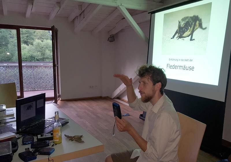 Jonas Schaffrath erklärt die Welt der heimischen Fledermäuse