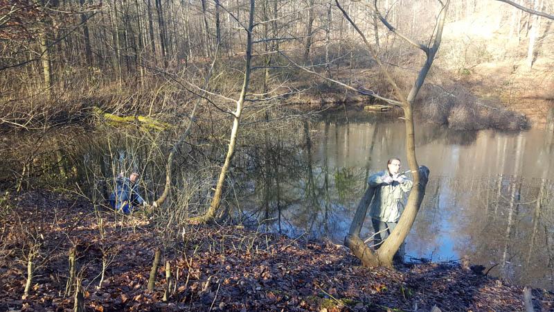 Ehrenamtler stellen einen Uferbereich frei