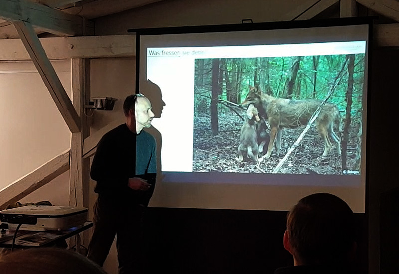 Markus Bathen (links): Was frißt ein Wolf (rechts)?